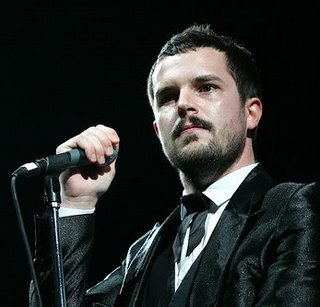 Brandon Flowers con micrófono