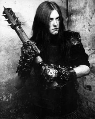 Varg Vikernes con un mazo