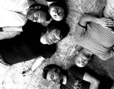 El nuevo grupo de Yorke yaciendo sobre el suelo.