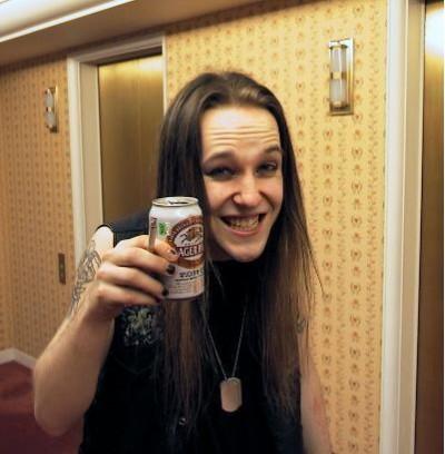 Alexi Laiho con una cerveza en la mano y una sonrisa rara