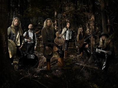 Korpiklaani en un bosque con sus instrumentos