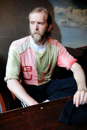 Varg Vikernes con una camiseta verde-rosa