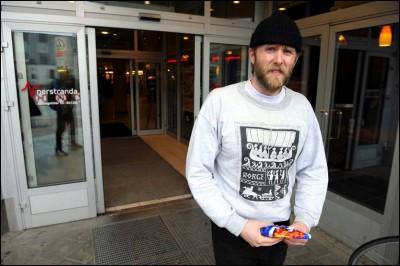 Varg Vikernes saliendo del súper con una sudadera de Norge