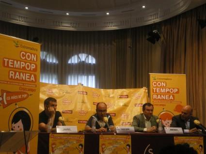 Los organizadores del festival y Juan Martí, de La Habitación Roja
