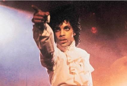 Prince señalando al público