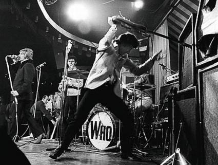 Pete Townshend golpeando un amplificador con su guitarra