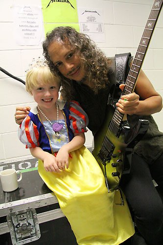 Kirk Hammett y la feliz niña aporreada