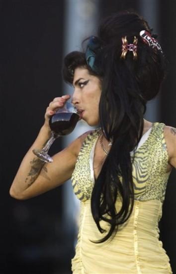 Amy Winehouse en medio de una actuación