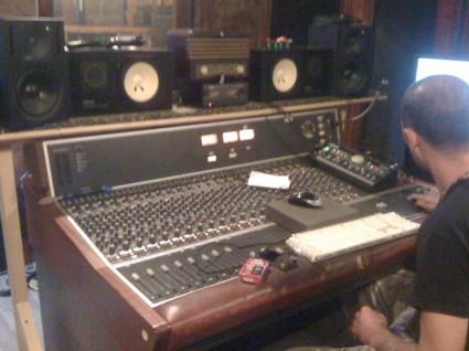 Atomica en proceso de grabación